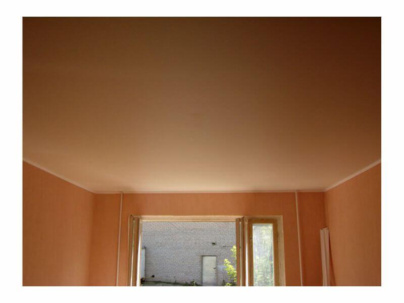 бежевый натяжной потолок матовый фото